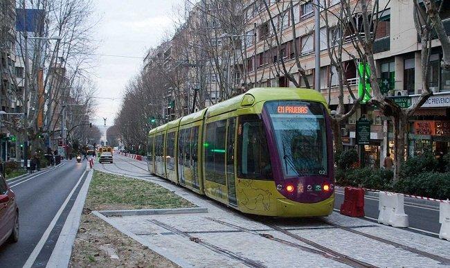 Tranvía de Jaén circulando por las calles de la ciudad.