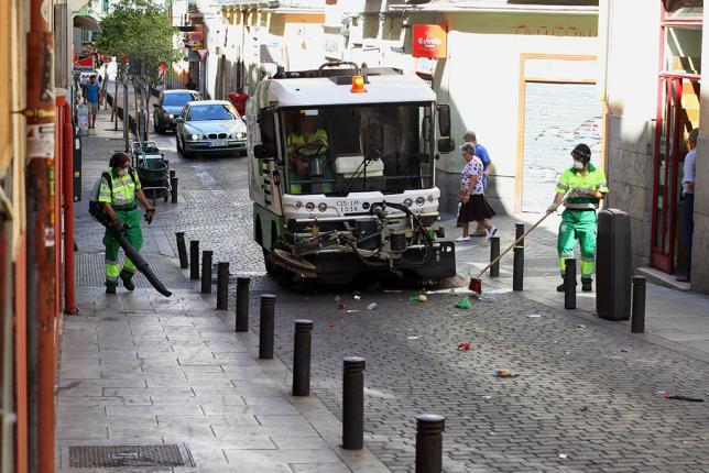 Limpieza de basura en una calle de Jaén.