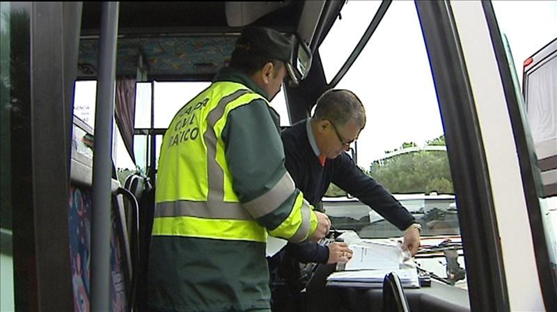 Guardia Civil revisa un vehículo