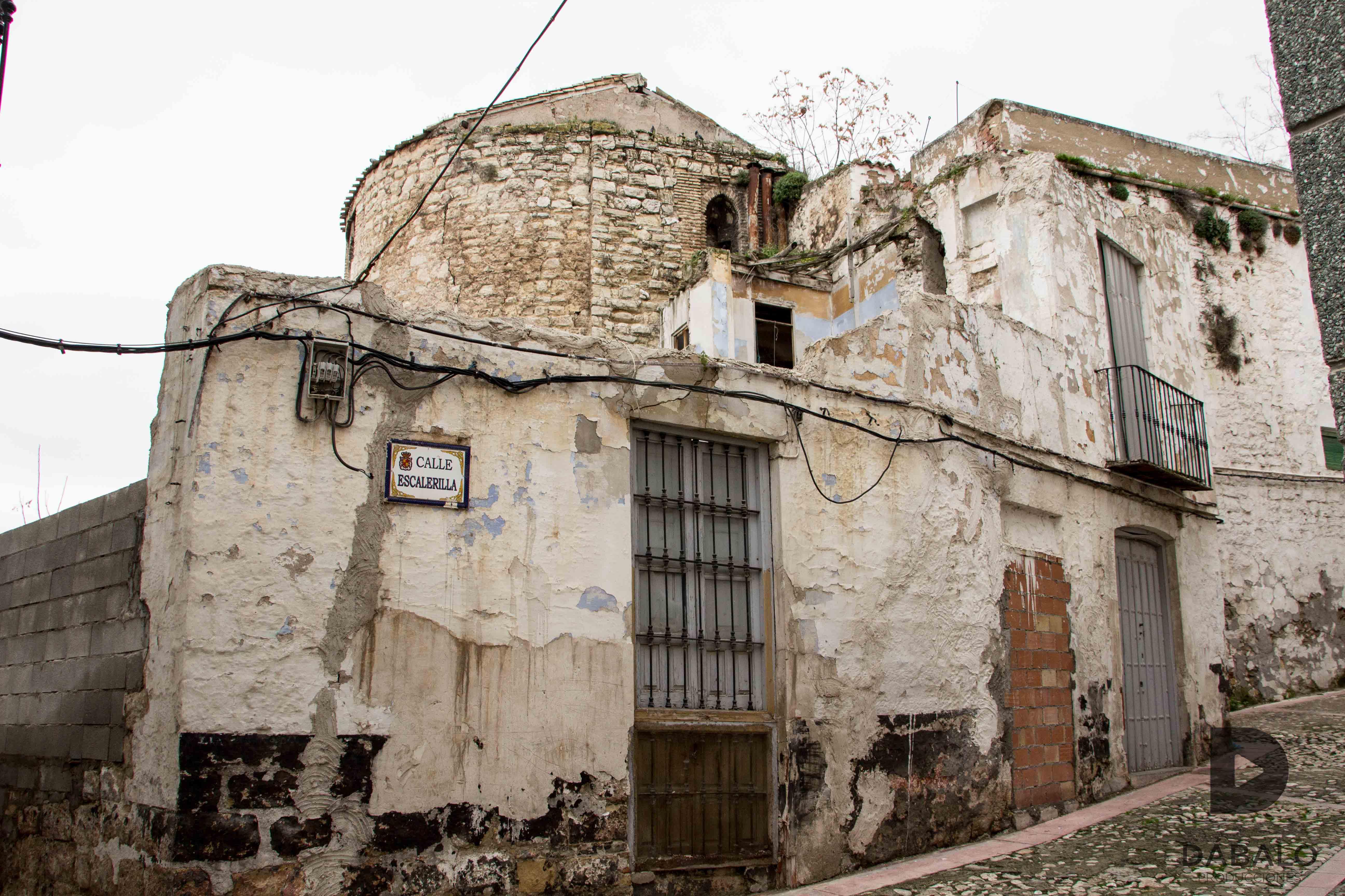 Calle Escalerillas y las ruinas de la Antigua Iglesia de San Miguel se apoderan del entorno. FOTO: HoraJén