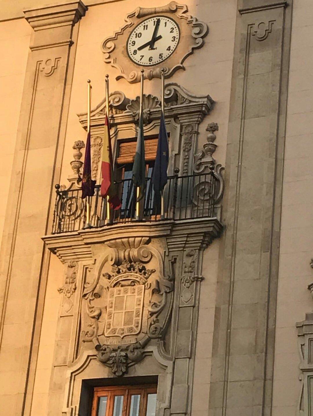Bandera del ayuntamiento de Jaén a media asta.