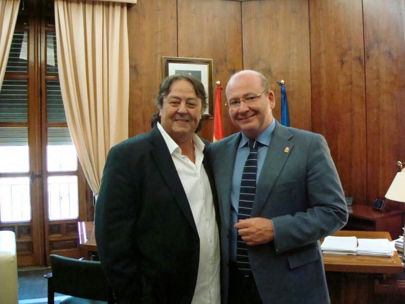 Alejandro Jaén junto al alcalde en su visita al ayuntamiento el pasado mes de septiembre.