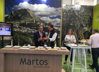 El consejero de Fomento y el alcalde de Martos en el stand de Martos.