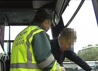 Un Guardia Civil revisa un vehículo