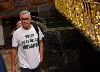 Cañamero a la entrada al Congreso con la camiseta Votar no es delito