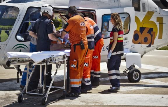 Un hombre es traslado por personal sanitario en helicóptero del 061.