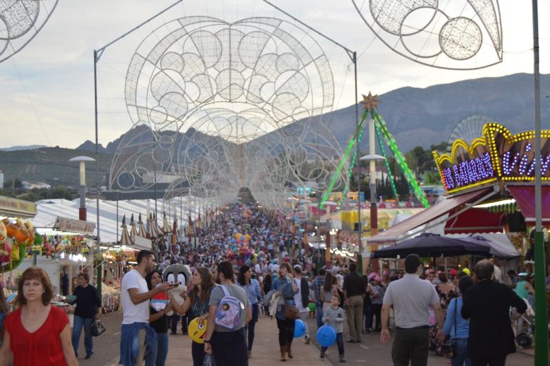 Calle principal de la Feria de San Lucas en el recinto ferial