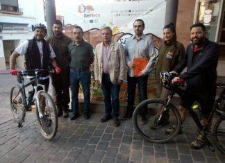 El ciclista Fernando Lampre ha hecho parada en Vilches en la ruta realizada para recorrer los mismos itinerarios recorrido por linces ibéricos.