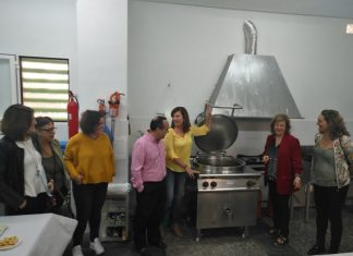 Teresa Vega visita las nuevas instalaciones de la cocina familiar comunitaria del Polígono El Valle.