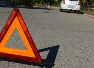 Triángulo de emergencia en la carretera para señalizar un incidente.