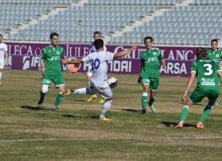 Jugada del partido que ha enfrentado al Real Jaén contra el Atlético Mancha Real. FOTO: Iván Ballesteros