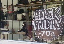 Fachada de una tienda de Jaén con el cartel de Black Friday para este fin de semana. FOTO: HoraJaén