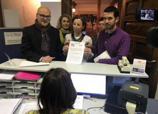 Manuel Fernández, Manuel Montejo, Elvira Ramírez, Sara Martínez y Matilde Cruz presentan en el registro la moción.