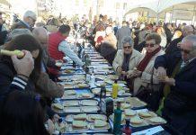 Desayuno con tostadas de aceite en la Fiesta del Primer Aceite.