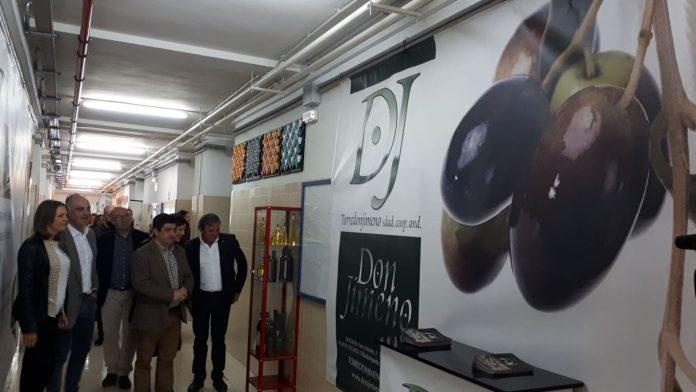 El presidente de Diputación, Francisco Reyes, visita el IES Acebuche dentro de los actos de la III Semana Escolar del Aceite de oliva y sus Mundos.