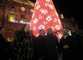 Parte de la corporación provincial y el alcalde de Jaén en la iluminación del Palacio Provincial.