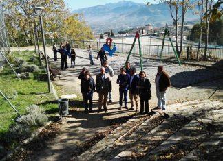 Visita del alcalde y parte de su equipo de Gobierno al barrio del Tomillo acompañados del presidente de la asociación de vecinos.