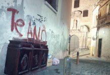 Basura y muebles abandonados junto a la Iglesia de la Merced.