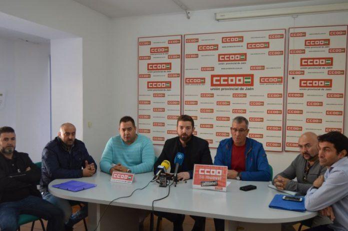 Francisco Cantero, secretario provincial de CCOO con miembros del comité de empresa de FCC. FOTO: HoraJaén