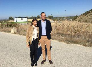 La delegada del Gobierno de la Junta de Andalucía junto con el alcalde de Arjona.