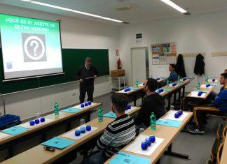 Alumnos de Bachiller participan en un curso sobre cata de aceite de oliva.