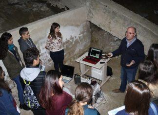 Alumnos conocen el sismógrafo de la Universidad de Jaén.