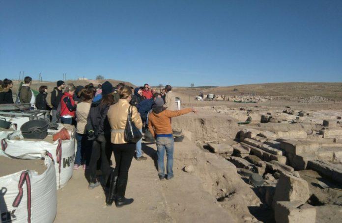 Publico y escolares participando en uno de los talleres de la Semana de las Ciencias.
