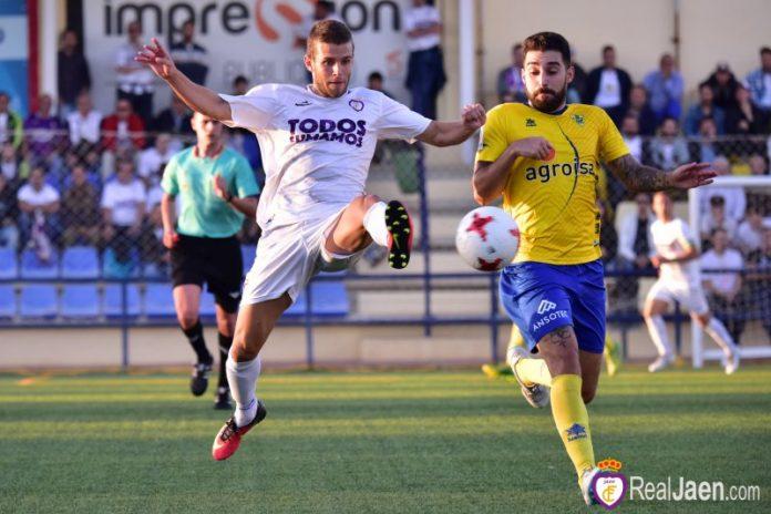 Jugada del partido que ha enfrentado al Huetor-Tajar y Real Jaén. FOTO: bestphotosoccer