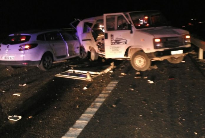 Imagen del accidente de ayer entre dos vehículos en la A-44.