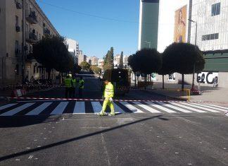 Operarios trabajan en la señalización del paso de peatones en la calle Virgen de la Cabeza de Jaén. FOTO: HoraJaén