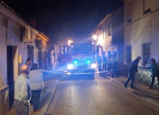 Bomberos de Andújar actúan en el incendio de una vivienda en la calle Arjona.