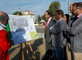 El consejero de Fomento, Felipe López, en el inicio de las obras de la vía peatonal en Andújar.