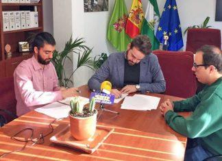 El alcalde de Bedmar, juan Francisco Serrano y Rafael García, vicepresidente de la Asociación Amigos del Sáhara Libre de la provincia de Jaén.