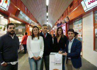 Concejales del ayuntamiento y el presidente del Real Jaén en el mercado de San Francisco