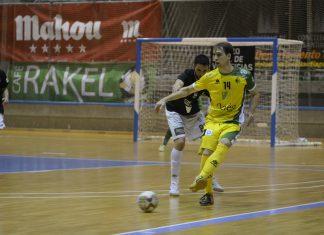 Brandi, jugador del Jañen Paraíso Interior controla la pelota ante la férrea oposición de un jugador del Santiago Futsal.