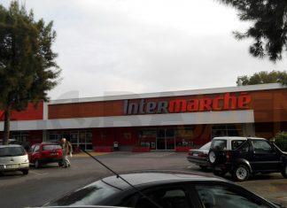 Supermercado donde fue detenido el padre cuando estaba junto a los pequeños. Tenía un arma en el coche. FOTO: HoraJaén