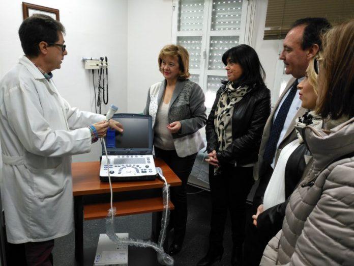 Teresa Vega y la alcaldesa de Torredelcampo, Paqui Medina, visitan el centro de salud del municipio donde se ha instalado el nuevo ecógrafo.