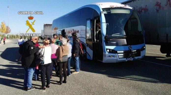Pasajeros se bajan del autobús tras dar positivo por droga el conductor.