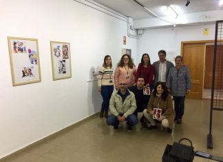 El concejal de juventud con algunos ilustradores que han realizado la exposición de viñetas.