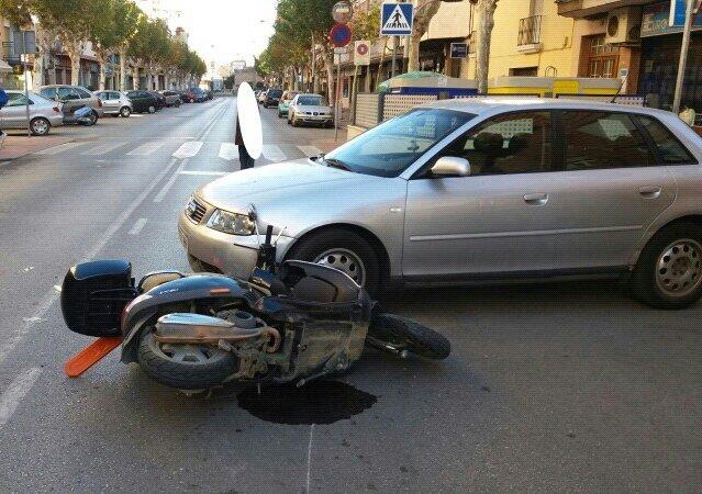 Lugar del accidente y cómo han quedado los vehículos tras el accidente. FOTO: Policía Local de Andújar