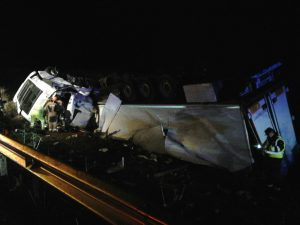 Estado en el que quedó el camión anoche en la A-4 a la altura de Lopera. FOTO: Bomberos de Andújar