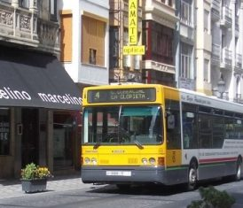 Autobús Castillo circulando por Bernabé Soriano.