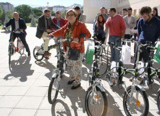 """Entrega de 17 bicicletas eléctricas en el marco del proyecto """"Hack the city"""" sobre movilidad urbana sostenible."""