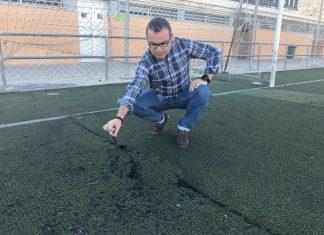 El concejal del PSOE visita el césped del campo de futbol de las Fuentezuelas.