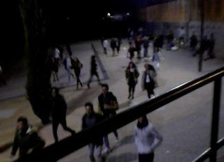 Imagen de HoraJaén de los jóvenes huyendo de la zona del botellón.