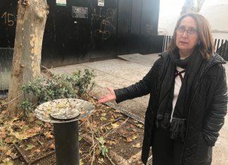 La concejal socialista Lorite muestra la situación que se vive en esta plaza.