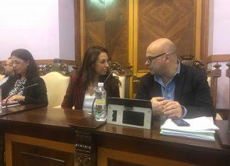 Mercedes Gámez y Manuel Fernández, durante el pleno municipal.
