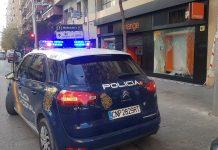 Coche patrulla de la Policía Nacional en la puerta de la tienda. FOTO: HoraJaén