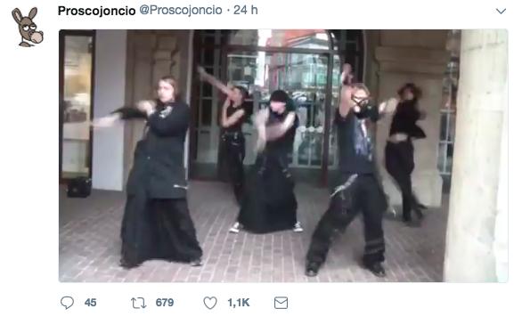 Tuit que publicó un usuario de la red social con la música de fondo del anuncio de Desatranques Jaén.