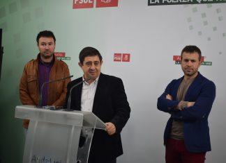Francisco Reyes, Julio Millán y Daniel Campos en rueda de prensa en la sede del PSOE.